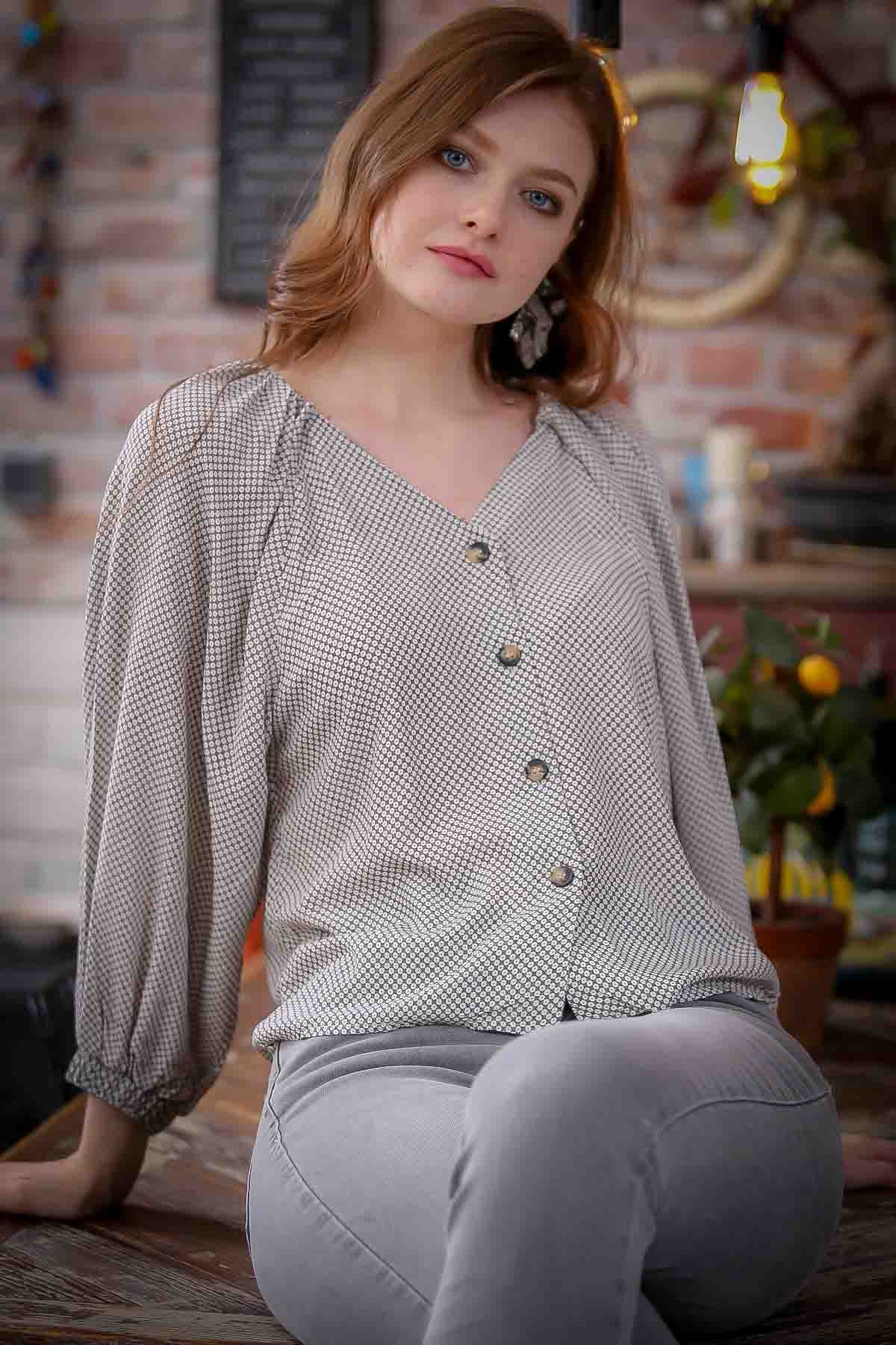 Retro detailed buttoned blouse ruffles at the shoulders and arms