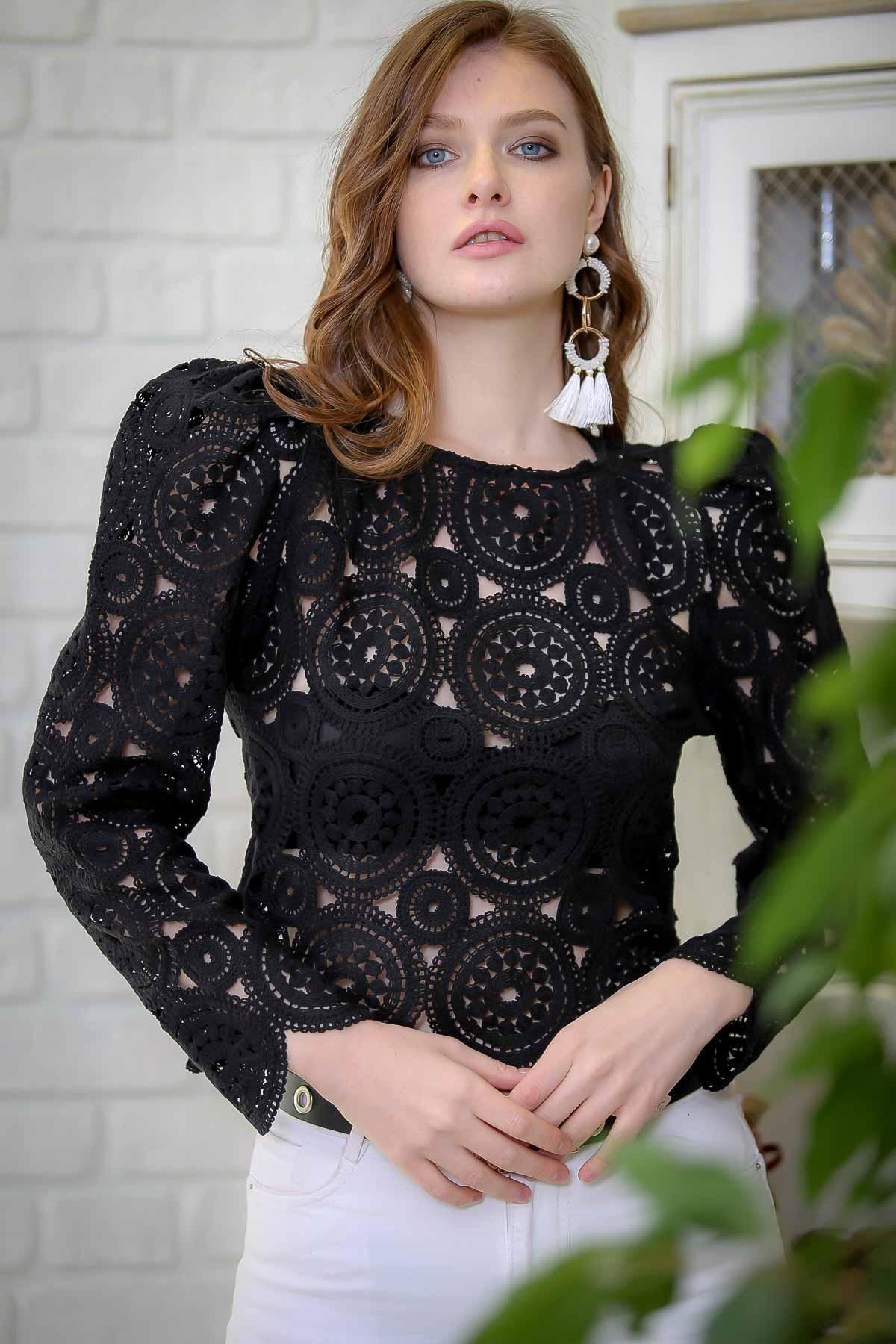 Vintage crochet blouse looking slice detail