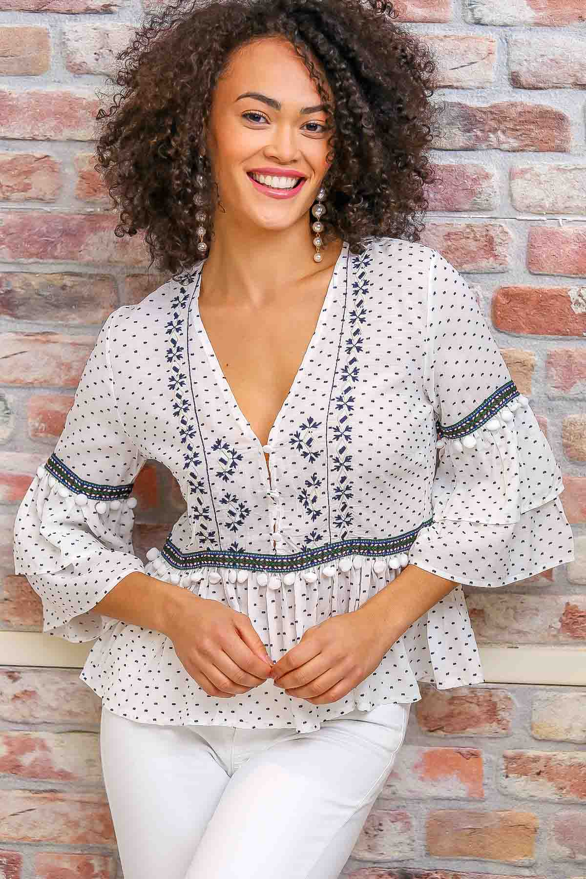 Puffs detailed embroidery blouse