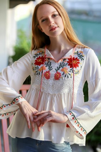 Vintage magnolia embroidered binding detailed blouse