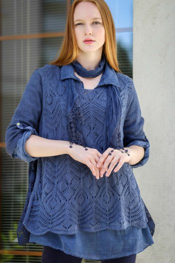 Set of knitwear blouse and knitting leaf flush-neck shirt and a scarf